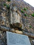 Памятник Елене Анджуйской на стене старого города