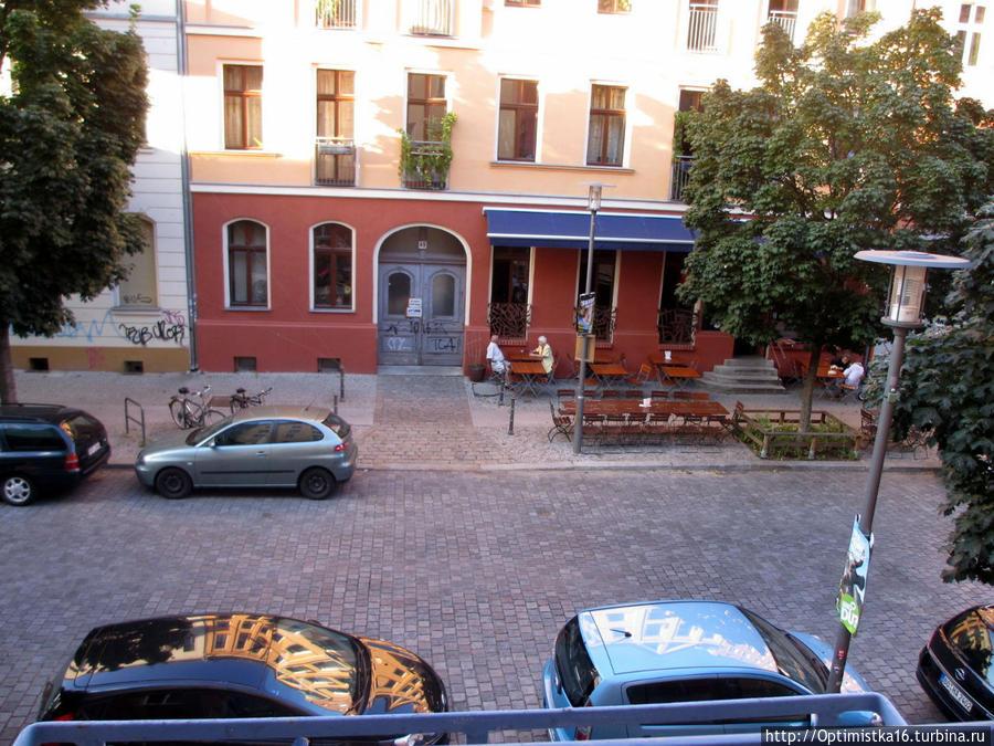 Вид из окна номера на кафе напротив отеля