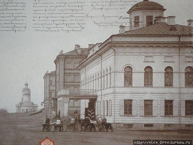 Собор вдали, на первом плане губернаторский дворец.