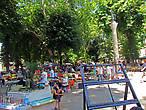 Рынок тоже занимает притененное место городского парка