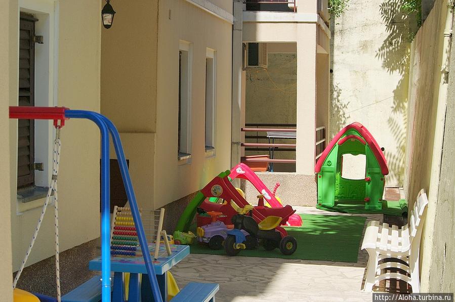 Часть детской площадки.