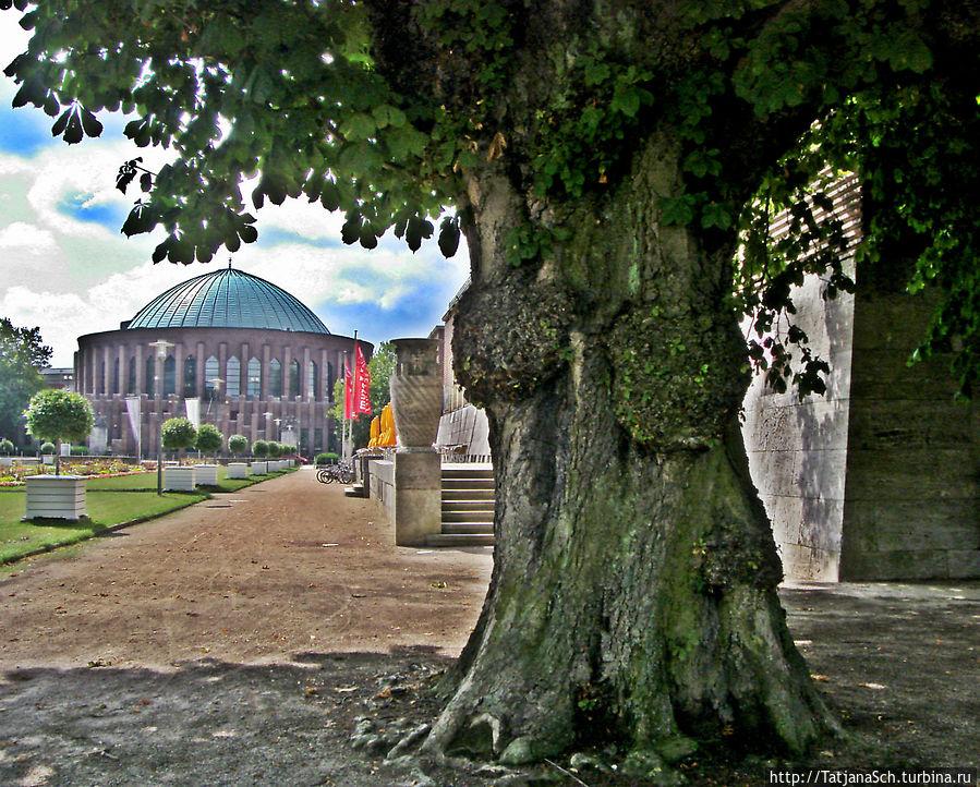 Тонхалле – Зал звуков – концертный зал Дюссельдорфа, , архитектурное сооружение стиля кирпичный экспрессионизм, построено в 1926 году. В музейном комплексе Эренхоф, рядом — Рейн и огромный исторический парк Хофгартен.