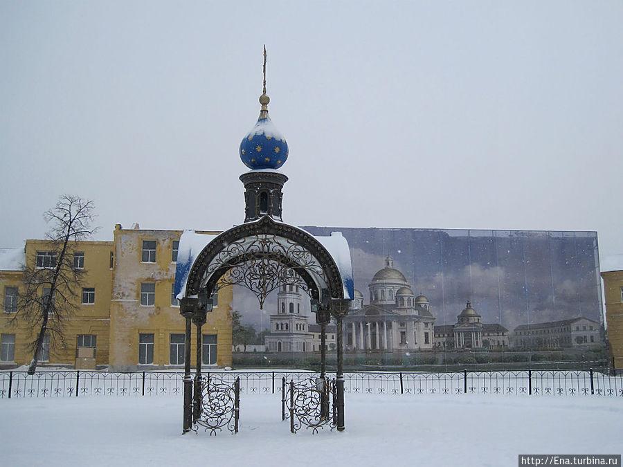 На этом месте стоял Казанский собор. Сейчас здесь лишь часовенка и баннер с изображением уничтоженного собора