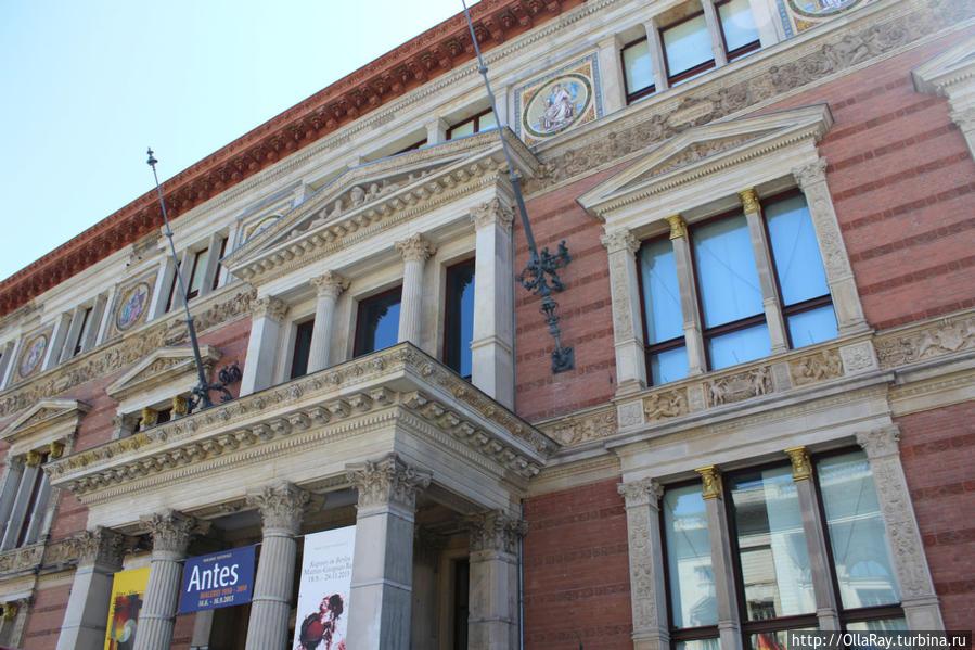 Дом Мартина Гропиуса (Martin-Gropius-Bau) — международный выставочный комплекс, ежегодно проводит все самые важные берлинские выставки.
