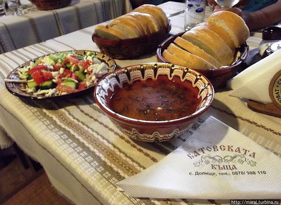 Шопский салат и боб-чорба (фасолевый суп)