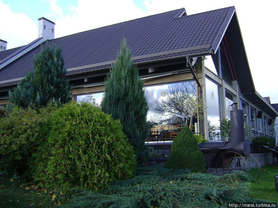 Apvalaus Stalo Klubas — семейный отель с рестораном на улице Караимов, 53 неподалёку от кафе