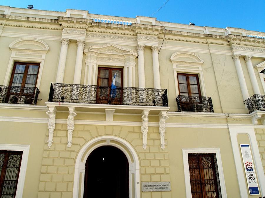 Юридический факультет Национального Университета Кордовы, на улице Obispo Trejo, напротив здания ректората и музея