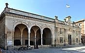 Т.к. удачного фото второго фасада у меня не получилось, нашел в wikimedia фото в свободном доступе.  Так вот, второй фасад представляет собой двойные арки итальянской ложи. А всё благодаря ставшему модным во время строительства стилю итальянского Ренессанса. В настоящее время здесь находится библиотека.