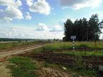 Сразу  после  села,  мы  попали  на  территорию  нефтепровода  Сургут-Полоцк, о  чем  предупреждала  табличка. Свернули вдоль вкопанной линии в  сторону  трассы.