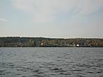 Большая часть берега озера густо заселена.