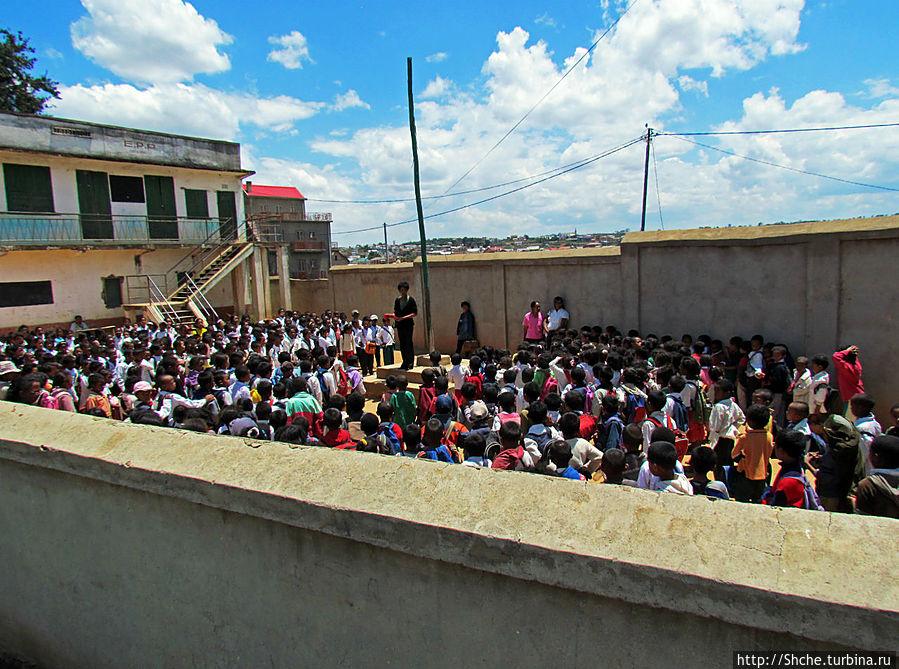 Младшая школа маленького городка. Конец учебного дня Амбатулампи, Мадагаскар