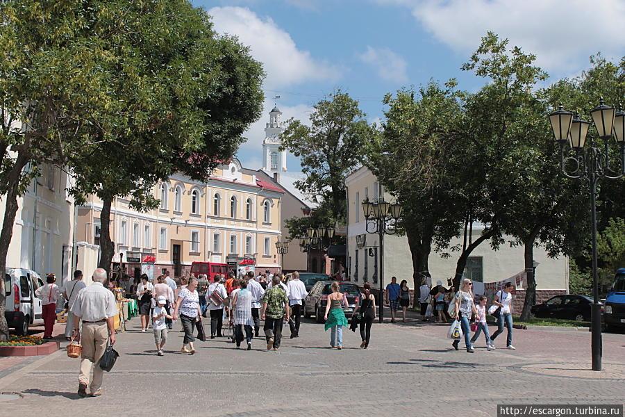 Улица Толстого и Ратуша вдали..