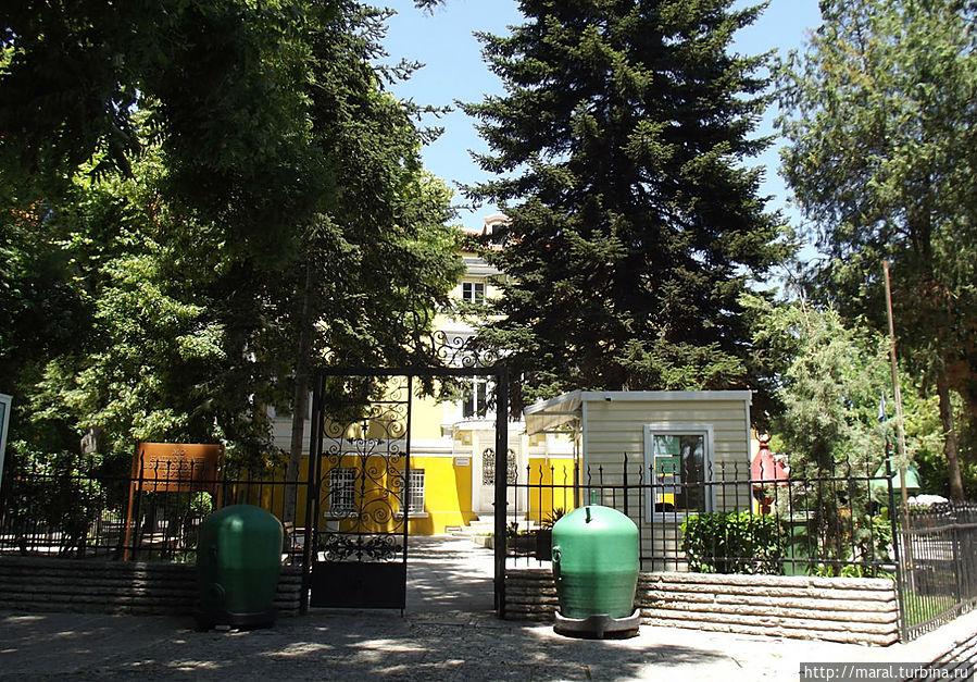 У входа на территорию музея установлены морские мины