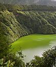 Наш путь пролегал через озеро Lagoa de Santiago. Озеро ярко зелёного цвета, видимо благодаря вулканической природе окружающих пород в нём есть некое вещество окрашивающее воду в такой яркий цвет. Говорят первые поселенцы прорубившие дорогу к нему в лесу воскликнули
