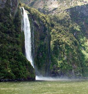 Под поток водопада Stirling Falls некоторые капитаны к радости туристов заводят нос своего судна