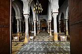 В портике перед входом в молитвенный зал мусульмане, сняв обувь, выполняют ритуальные омовения. Сооружение с красивыми резными деревянными дверями венчает круглый купол (IX век). Немусульман в эту дверь не пускают, но вход остается открытым, и можно увидеть в проеме интерьер, состоящий из 17 проходов с 414 античными колоннами из мрамора. Зал освещается люстрами, весь пол и основания колонн покрыты коврами.