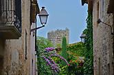 в городе есть восстановленный замок 11 века — самое старое сооружение в городе, в котором сейчас находится дорогой отель