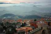 Крыши старого города и горы