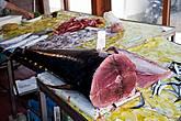 В Кьяналее можно купить рыбу — меч.
