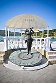 Рядом с амфитеатром, на берегу озера, стоит памятник Леониду Утесову, а точнее  герою фильма