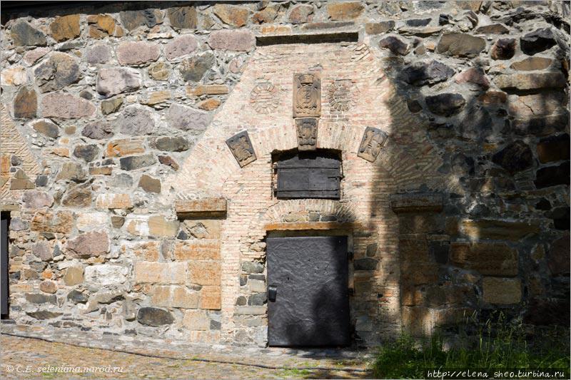 7. Направо оказалось много тропинок и дорог. Я не сочла их интересными и не сфотографировала. А вот эта стена удостоилась снимка. Если про камни в стене ещё можно сомневаться, сильно ли почтенный у них возраст, то про кладку вокруг дверей сомнения вряд ли возникнут. В ней всё дышит стариной, достаточно редкой в этих местах. Это погреб (1600 год).