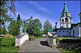 Каменная церковь Трёх Святителей Московских  (1638-1652) относится к интересному архитектурному типу — храму-колокольне, получившему распространение в московских и северо-русских землях в XVI веке.