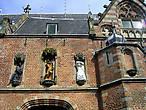 Современные скульптуры украшают реставрируемое здание церкви