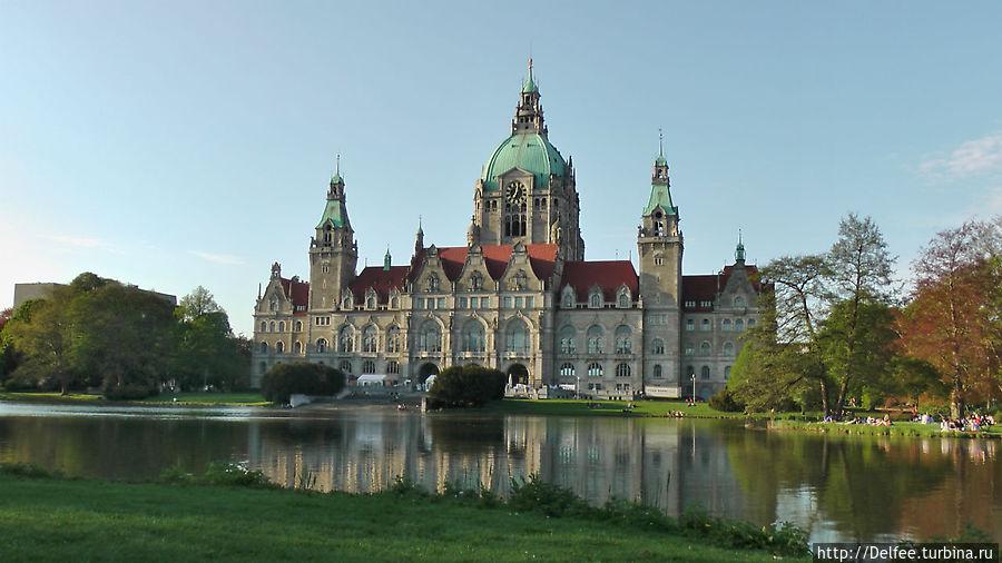 Вид на Новую ратушу со стороны озера Машзе