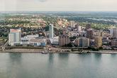 44. С виду так и вообще недугующий Детройт не отличим от канадского Виндзора.