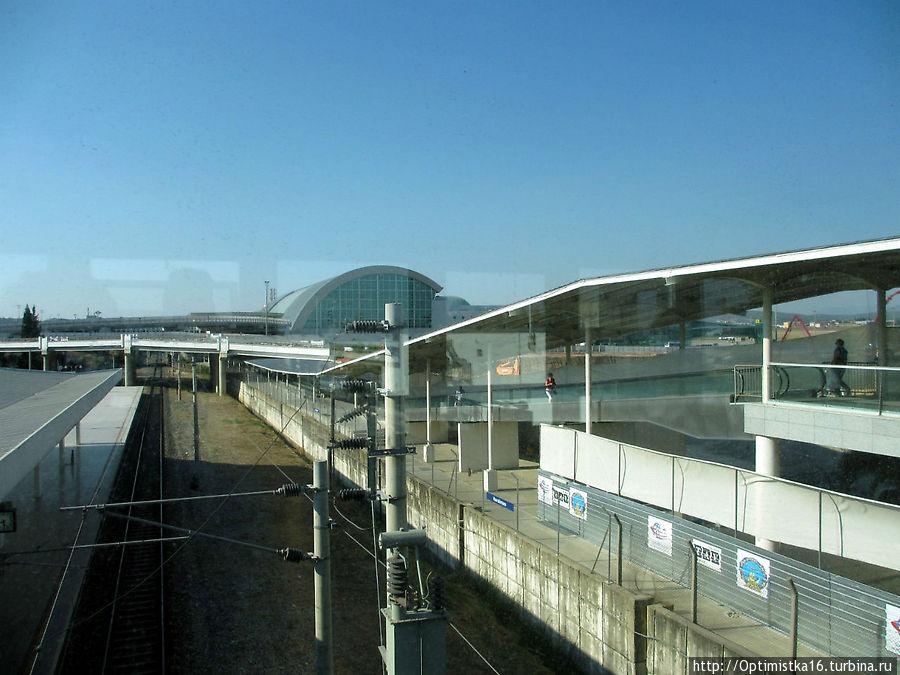 Вдали- здание аэропорта. До него от метро надо дойти
