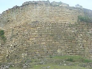 Стена крепости высотой 20 м.