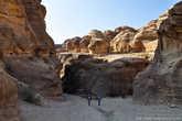 В древние времена каменный город Петра пользовался большой популярностью у проходящих мимо караванов. Расположившись на перекрестке важнейших торговых путей, он был настоящим оазисом посреди жаркой и суровой Аравийской пустыни. Здесь в прохладной тени каньона Сик усталые путники могли найти заветный кров, пищу и, самое главное, питьевую воду.