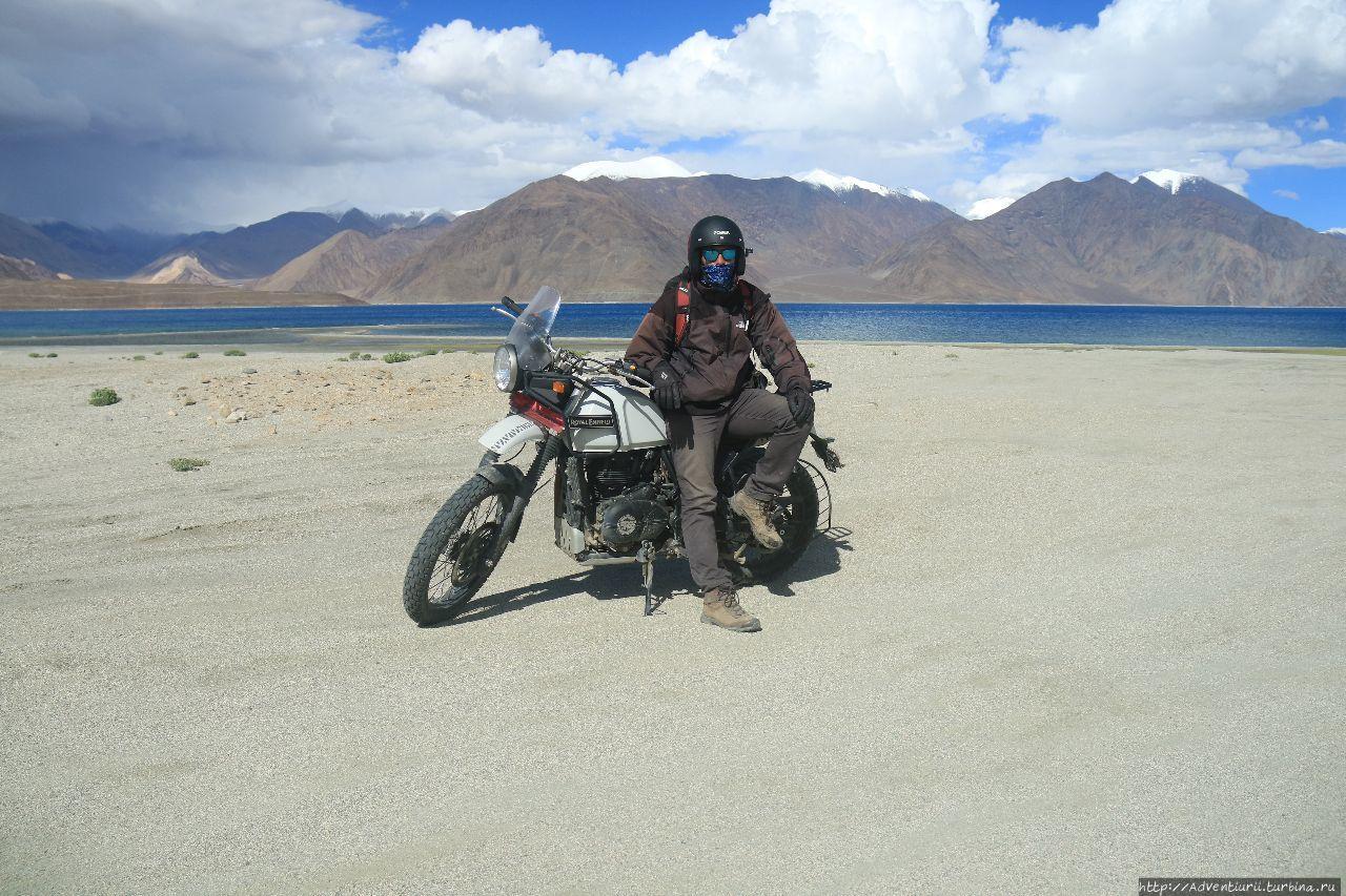 Раджат и мотоцикл Royal E