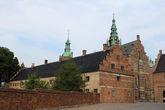Вид на замковые кладовые с бокового входа.