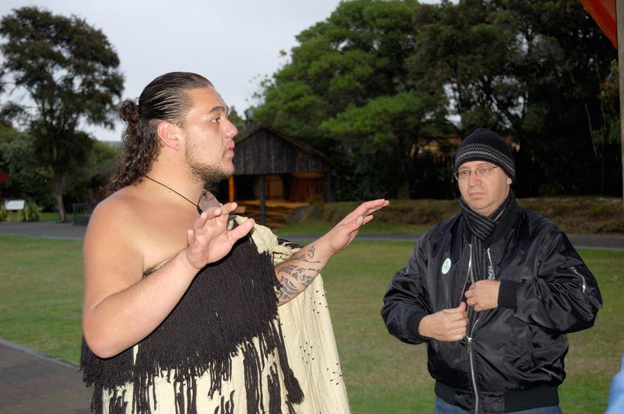 Экскурсовод маори на безупречном английском объясняет, как происходит приветствие