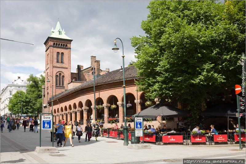 5. Начало улицы Карла Йохана, с этой стороны она пешеходная. Башня и закругляющаяся галерея — это часть обширного архитектурного ансамбля, занимающего целый квартал. О нём ещё будет идти речь в другом месте.
