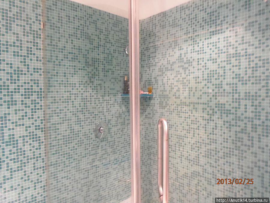 в ванной есть и душевая кабина и ванна