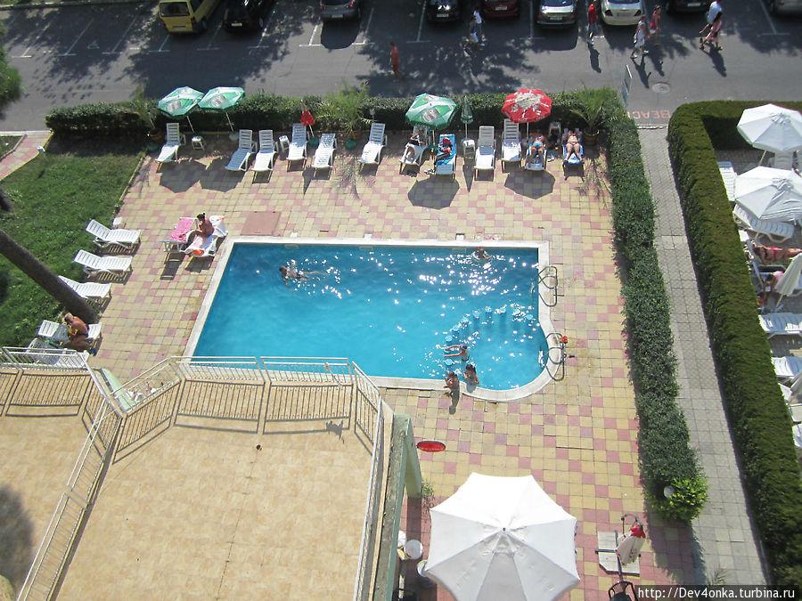 Вид с балкона на бассейн отеля