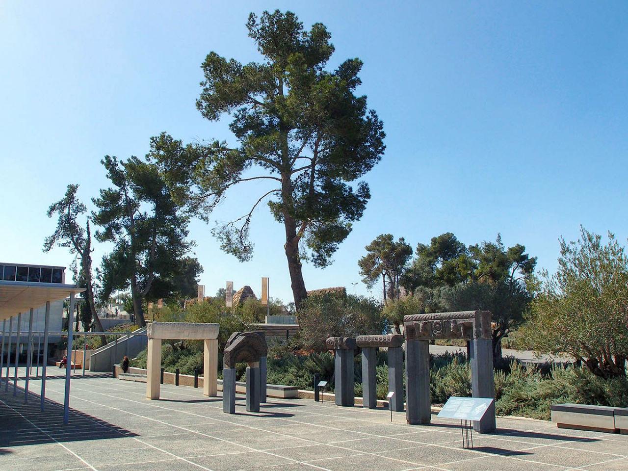 Порталы древних синагог на аллее при входе в музейный комплекс