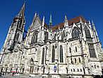 Кафедральный собор Св. Петра (Regensburger Dom, Kathedrale St. Peter). Строительство собора в самом богатом городе южной Германии началось по всей вероятности в 1260 году — он стал очередным храмом, построенным на том же месте за почти 6 столетий. От предшествующей романской церкви до сих пор сохранилась башня Эзельтурм, примыкающая к северной стене. С упадком экономического значения города огромное готическое сооружение стало превращаться в долгострой, уступивший разве что его кельнскому собрату — 105-метровые башни собора были закончены лишь к 1872 году.  Снаружи производит достаточно сильное впечатление, сравнимое с впечатлением от собора Св. Витте. Внутри скромнее, хотя все равно очень красиво.