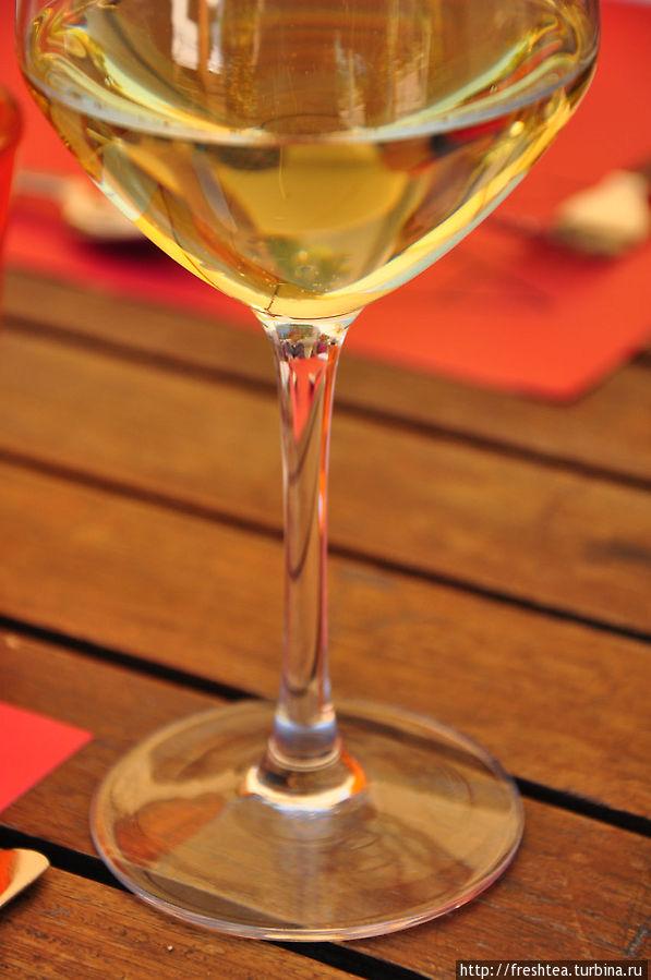Вина из Савойи — для многих открытие, ведь их почти не знают за пределами Франции — производят немного, пьют на месте... Но попробовать стоит: белые — легкие, ароматные, с цветочными и соломенными нотками цветов, розовые — нежнейшие.