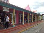 Багамский рынок (город Фрипорт). Здесь представлена типичная для Багам архитектура — жители красят дома в разные цвета.
