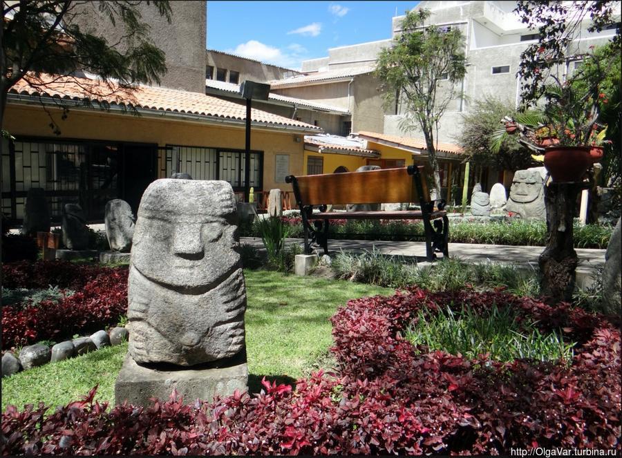 В археологическом музее Уараса. Изваяния культуры рекуай Уарас, Перу