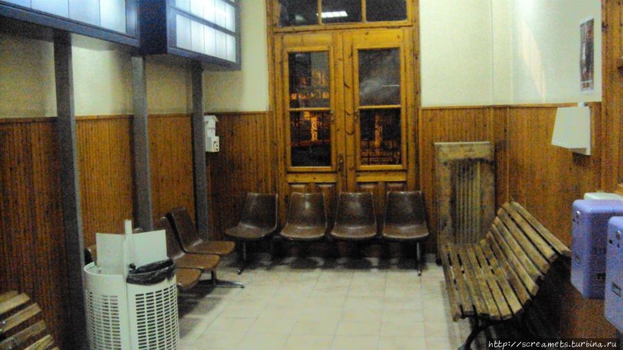 3) помещение ж/д вокзала в Катерини, где расположены кассы.