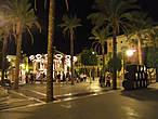 Пласа Ареналь — центр города. Даже поздним вечером здесь кипит веселье.