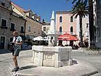 Главная площадь города  площадь Герцега  Стъепана, В центре площади  питьевой фонтан Карача.