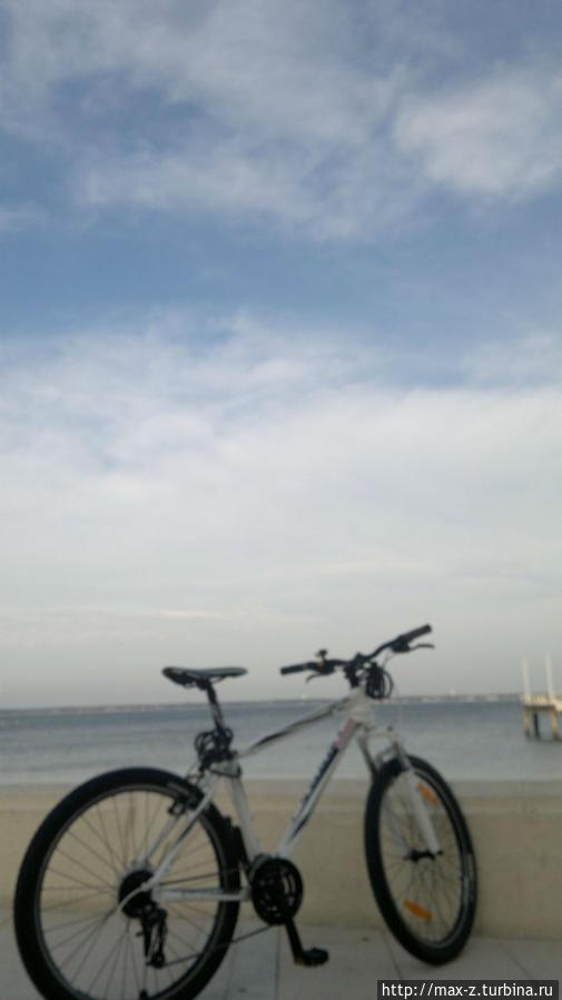 на велике по пляжу))) местами не очень удобно — колеса вязнут в песке