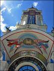 Купол храма Святителя Николая сделан в виде позолоченного шара, внутри которого находится оборудование действующего маяка. *