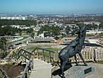 На вершине горы — олень, который часто появляется на снимках города, как символ по которому сразу узнают Вентспилс