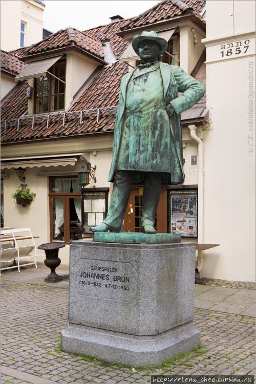 14. Памятник посвящён одному из самых знаменитых норвежских театральных актёров своего времени Johannes'у Brun'у. Он был завсегдатаем этого кафе и стоит тут по полному праву. На постаменте написано: